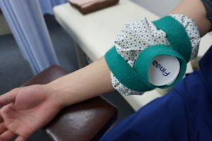 名古屋市のめいほく接骨院で、アイシングの治療をしているところ