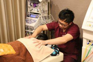 名古屋市のめいほく治療院で、筋肉をほぐす治療をしているところ