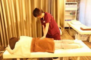名古屋市のめいほく接骨院でSPT骨格バランス矯正法をおこなっているところ