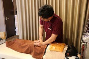 名古屋市のめいほく接骨院で手技治療をおこなっている様子